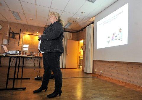 Praktisk: Anne Grethe Slåtten fra Helsedirektoratet kom for å forklare konkret hvordan reformen vil endre helsetjenestene i kommunene.  – Vi må gå samme vei, sier Slåtten.