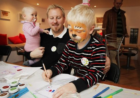MALER: Adrian (t.h.) maler monsterhus. Pappa Arnstein Jensen med Oda (10 måneder) følger med.