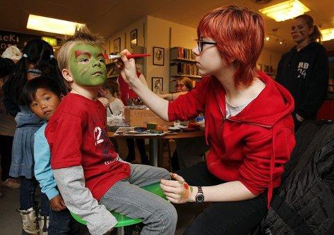ANSIKTSMALING: Jonas Wenneck Dravland (6) blir monster ved hjelp av Mathilde Raahauge Beiermann.