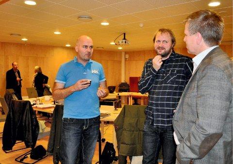 LØSNINGER: Venstres Eddy Robertsen (t.v.), Even Gran fra SV og Høyres ordfører Børre Jacobsen i ivrig pausesamtale om elektronisk politikk.