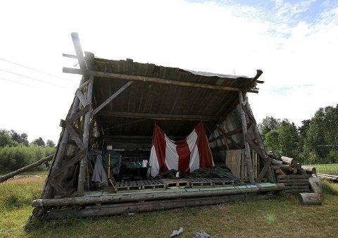 Per Anders Løhne har bygget scenen selv.