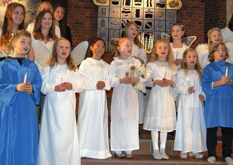 Aspirantene fremførte «Tenn lys» i julekonserten til Marianne Mørks kor. FOTO: ANITA GJØS