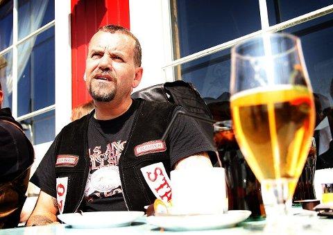 –Uproblematisk Svein Øygard fra Hells Angels i Drammen har tatt turen til Fredrikstad i dag for å markere motstand mot nedleggelsen av Planke MC. Han synes politiet kunne brukt ressurser på andre ting enn dagens samling. – Uproblematisk for offentligheten, sier han. Alle foto: Kent Inge Olsen