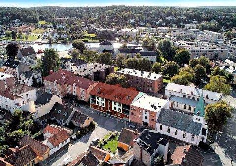 Slik kan det bli: Her er den nye boligblokken plassert i Ridehusgata (bak Metodistkirken og med saltak) slik Arca Nova har tenkt seg at det skal bli. (Illustrasjon fra byggesøknad)