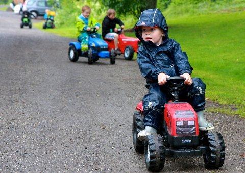 Erik Emil Holmen (3) er ikke i tvil: Traktor er topp!