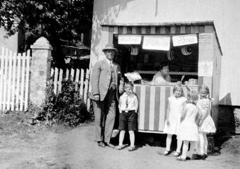 KIOSK: Kiosk foran uthus tilhørende Holmsbu Handelsforening. Uthuset brant ned noe senere. Mannen til venstre er Hans Bentsen. Damen i kiosken heter Beatrice. (Alle bilder er lånt av Hurum lokalhistoriske arkiv)