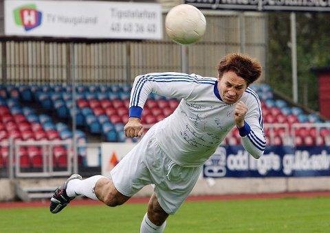 <b>ØYEBLIKKET: </b>Jens Egil Vikanes treffer ballen klokkereint med pannebrasken og ballen suser av gårde. Dit den ikke skal.