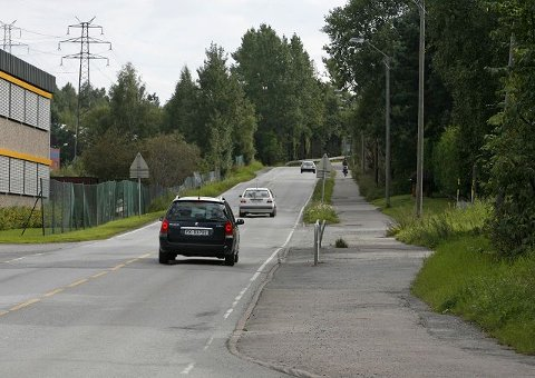 Et hus må rives for å få plass til etappe to av sykkelveien langs Osloveien. Det er én av årsakene til kostnadssprekken.