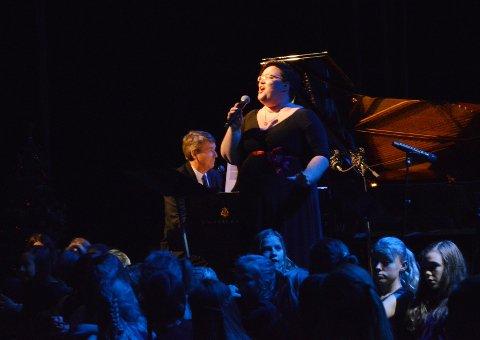 Dirigent Hanne Mortensen Lie synger en av kveldens første sanger.