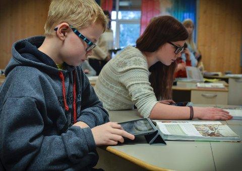 Full konsentrasjon: Elevene bruker iPaden som læringsverktøy i undervisningen. Her er Fredrik Hagen Rue, i full konsentrasjon. FOTO: jenny Ulstein