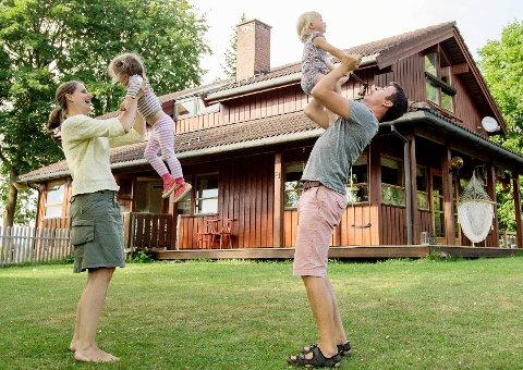 Der Ingeborg selv løp rundt som barn, har nå døtrene Marte (3) og Eira (1,5) plass å boltre seg på.