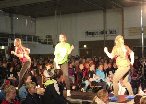 FELLESDANS: Amalie Storesund Olsen (t.v.), Margaret Kongestøl og Hanna Kinn Bjørnøy lærte bort fellesdansen fra scenen.