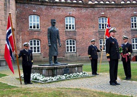PÅ SOKKEL:Oberst Birger Eriksen står på sokkel på Oscarsborg. Bildet er fra et æresarrangement i juni 2007, hvor admiral Per Sollien holdt en sterk takketale for oberst Eriksens innsats de dramatiske morgentimene 9. april 1940.
