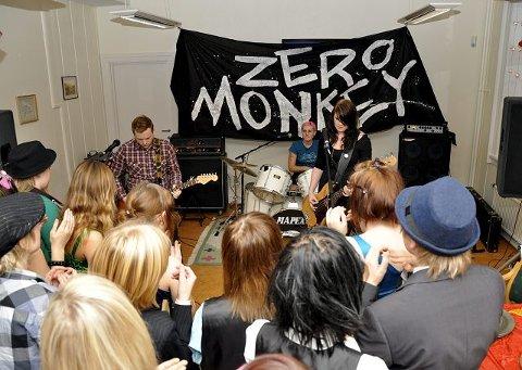 SPILTE OPP: Zero Monkey fra Vestfold spilte opp på Galtwortskolens juleball.