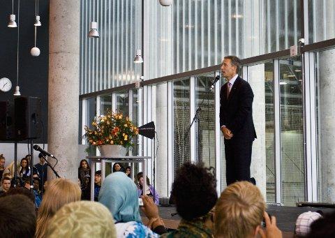 LYTTER: Da statsministeren talte, var det total stillhet i salen. Han pratet mye om skolepolitikk og viktigheten av å bruke stemmeretten. FOTO: TARA SØDERHOLM