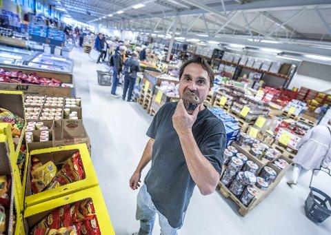 EN BIT AV KAKA: Daglig leder Tore André Nilsen kan feire den formidable økningen i omsetningen med en bit av sjokolademuffins. FOTO: CHRISTIAN CLAUSEN