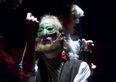 Showmester: Andreas Humlekjær spiller unge Flint som må lære seg å danse tango mens han fekter for å kunne slå Kaptein Løkpølse. Begge Foto: Trond Thorvaldsen