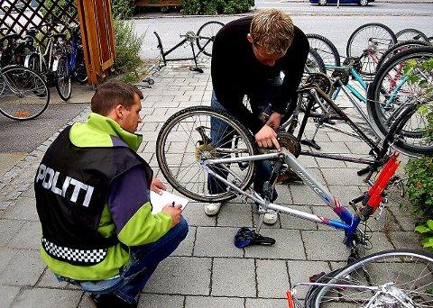 REGISTRERER OG FJERNER:I går fjernet politiet over 20 sykler fra stasjonsområdet. Men først sjekket de registreringsnummeret opp mot Falcks registre. REBECCA JAFARI