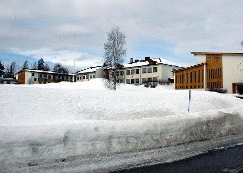 BYGGE: Ved å rive kroppsøvingsbygget på ungdomsskolen (til høyre på bildet), blir det frigjort nok areal til å bygge en ny og moderne undervisningsfløy. Nå har formannskapet i Åmot åpnet for at det kan skje.<I>Foto: Kristin Søgård</I>