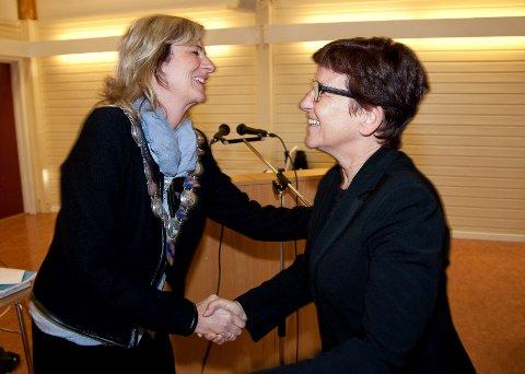 Høyres Monica Vee Bratlie (t.v.) er den tredje i rekken av kvinnelige ordførere i Hurum. Avtroppende ordfører, Anne-Hilde Rese (Ap), takket tirsdag for seg ved å overrekke ordførerkjedet.