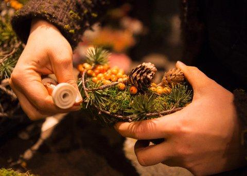 Mosebunn, kongler, kunstige furuskudd og kristtorn (rødoransje bær) holder seg bra gjennom jula. Pynten er festet med vikletråd med kobberfarge, som er en av de nyere julefargene.