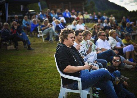 GOD STEMNING: I overkant av 200 hadde samlet seg på gårdstunet i Veggli.