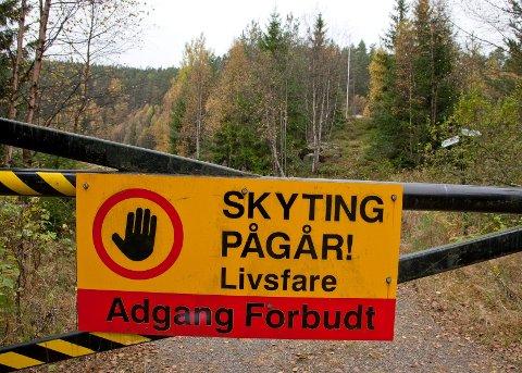Området rundt skytebanen er dekket av fjell, og varselskilter skal ta seg resten av sikringen slik at folk ikke skal komme til skade.
