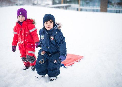MYE UTE: Barna i Kirkerud friluftsbarnehage koste seg i snøen. Torsdag forsvinner trolig mye av den.