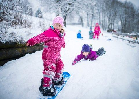 HVIT NYTELSE: Adine Wergeland Simonsen forsøkte seg på snowboard nedover barnehagens lille alpinbakke.