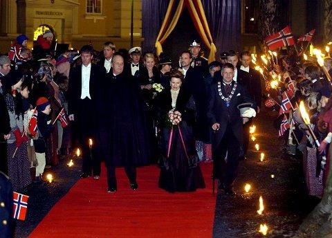 Byen var pyntet til fest da kongefamilien kom for å markere Unionsoppløsningen i et direktesendt TV-program. Her på vei inn i Drammens Teater. Ordfører Tore Opdal Hansen til venstre.