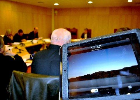 ePOLITIKERE: Politikerne i formannskapet vil fra papir til nettbrett - enten det nå blir iPad eller en annen type. Begge foto: Guri Larsen