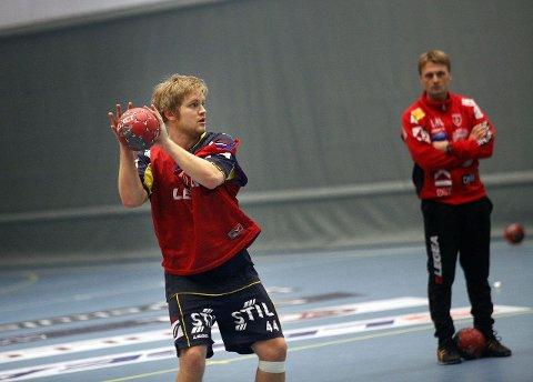 Nicklas Knudsen og co. tar imot Herulf Moss i morgen. I bakgrunnen assistenttrener Lars Abelsen. FOTO: TERJE RUUD