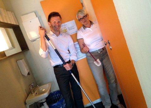 Ordfører Tage Pettersen og rådmann Bente Hedum måtte ta moppen i egne hender.