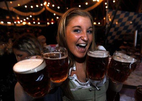 Servitør Sandra Hem Berg sørget for at ingen tørstet under den første oktoberfesten i 2010. Årets fest er lagt til 21. og 22. september. Arkivfoto: Atle Møller<B></B>