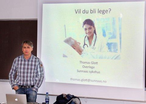 PAPPA: Thomas Glott, overlege på Sunnaas sykehus, holdt foredrag om legeyrket og sin egen karrierevei.