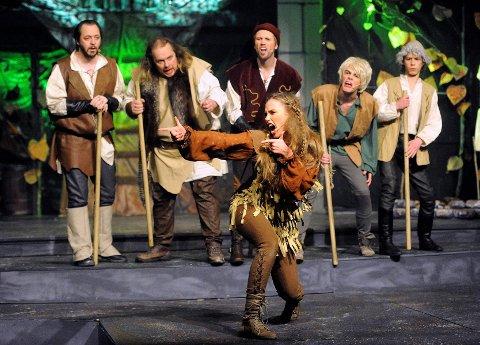 Her skryter Jessica (Sara Åsly) til de fredløse av hvordan Robin Hood har overvunnet vaktene på slottet. De undrer seg en smule over det illuderte maskingeværet som ikke er funnet opp ennå. Fra venstre: Tom Johansen, Thomas Halvorsen, Svein Are Trollsås, Robin Norsgård Larsen og Kristian Aashildrød.