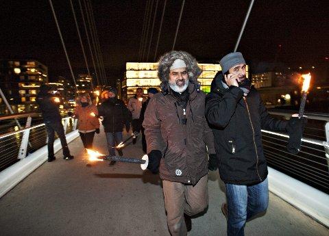 – Drammen er en fredelig by. Det ligger i navnet. På persisk betyr Drammen «Døren til fred», sier Noor Ahmad Noor (til venstre). Her fra arrangementet «Fakkeltog mot ekstremisme » idet de gikk over Ypsilon i desember 2012.