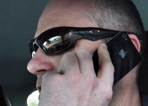 Altfor mange kombinerer håndholdt telefon med bilkjøring.