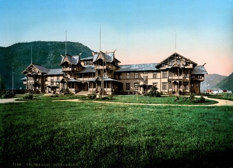 På Dalen Hotel i Telemark kan du treffe «The English lady» fra 1800-tallet. Her sees hotellet fra madamens samtid.
