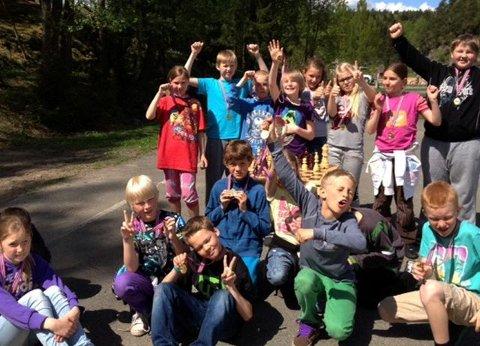 SJAKKTREKK PÅ SKOLEN:  5. trinn på Filtvet skole er blitt kløppere i sjakk  og har fått sin belønning i medaljer rundt halsen.  Foto: Privat.