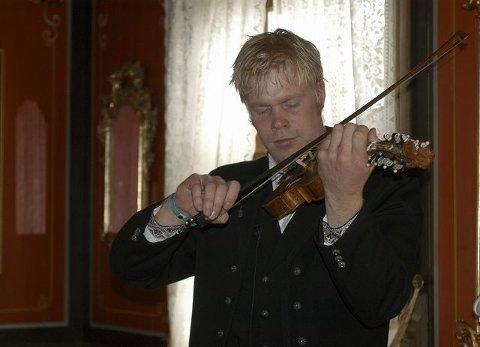 STEMNING: Konserten med Torgeir Straand passa fint inn i Rødstua på Borgja gård, der felemusikken sitter i veggene.