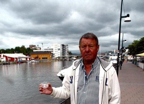 Jan D. Hermansen med glasskår og annen søppel som vi fant langs elvepromenaden i formiddag.