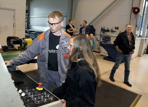DATASTYRT: Birger Habbestad viser Marita Innvær hvordan hun kjører maskinen som bøyer rør til girprodusjonen.