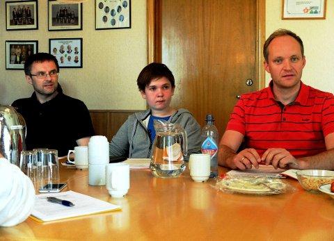 Alexander Ski Aasberg tok plass i oppvekst og kontrollutvalgets møte på herredshuset i Karlshus. Han satt seg mellom Jan Helge Aker (til v.) fra KrF og Jon Inge Skårdal fra Høyre.
