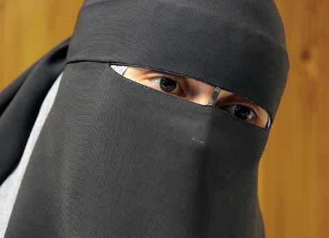 Niqab-kvinnen. Leyla Hasic bruker det heldekkende ansiktsplagget niqab i motsetning til hijab som ikke dekker ansiktet. En burka dekker hele kroppen. Foto: Geir A. Carlsson