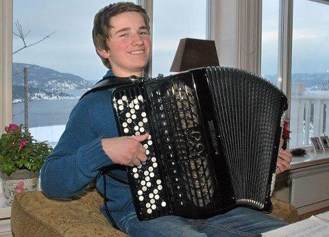 KNAPPESPILL: Trekkspillet, et «Bugari» fra i Italia er Norges eneste i sitt slag. (Foto: Hilde Løkken)
