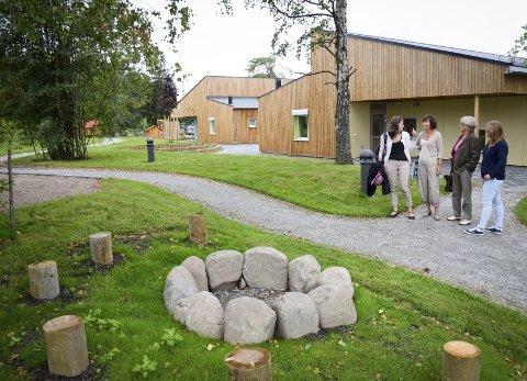 Spennende uteområde: Uteområdet til den nye barnehagen er spennende utforma og innbyr til lek og læring rundt alle husvegger. Foto: Hilde Berit Evensen