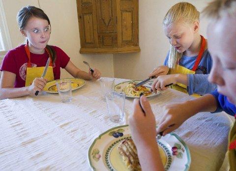 BUON APPETITO: Omeletten skal være mulig å lage ferdig på rundt 20 minutter. Og smaken satt rett i sikringsboksen. Maria Gjørven (t.v), Kaja Celine Simonsen og Markus Julian Andersen nøt måltidet.