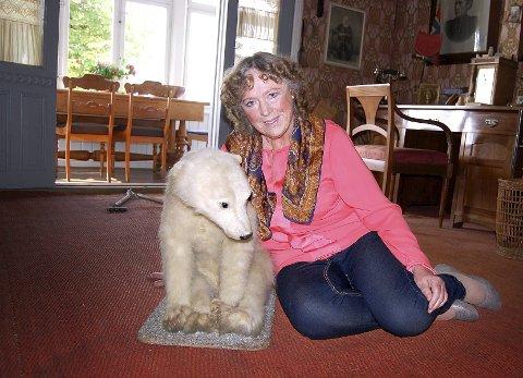Randi og marie: Randi Eriksen sammen med isbjørnungen Marie, som Roald Amundsen hadde med seg fra Maud-ekspedisjonen. – Jeg føler det nesten som å gå rundt i mine egne stuer når jeg har med besøkende i Uranienborg, sier museets guide gjennom 44 sesonger.