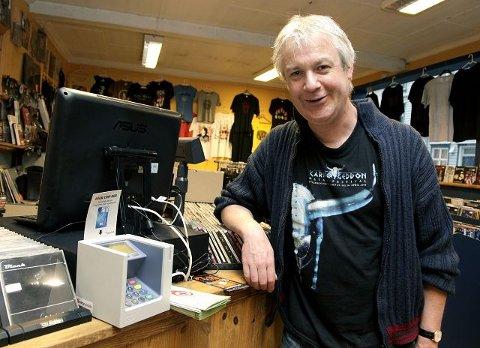 MODERNISERING: Vidar Wenneck Aas gliser, for nå tar vinylsjappa i Strandgata ikke bare kontanter, men også bankkort.